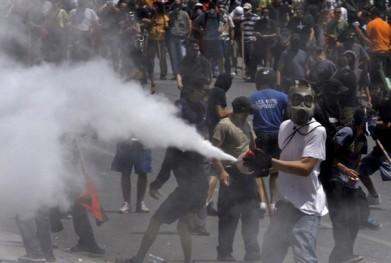 """Atena ultimilor 3 ani - când cineva protestează paşnic, apar comandourile mascate de κουκουλοφοροι (""""purtătorii de glugă""""). Aparent, protestatatari. De fapt, provocatori plătiţi. Şi fără faţă."""